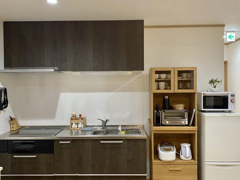 コンロはIH。食器や調理器具はもちろん、コーヒーマシンや炊飯器、電子レンジやトースター、ケトルもあり!