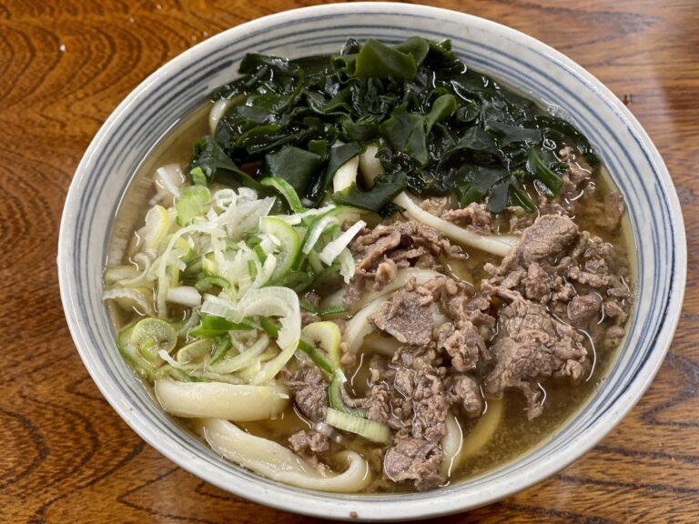 吉田うどんの人気店〈たけ川〉の温かい「肉うどん(中)」500円。