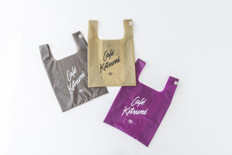 「エコバッグ 中」各2,400円。 ブランドロゴがあしらわれた限定カラーのエコバッグは、お洒落とエコの両立が叶う嬉しいアイテム。生地はしっかりしていながら、とてもコンパクトになるので、鞄の内ポケットに常備したい!