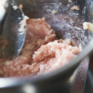 【POINT】まずは塩だけかけて粘り気を出す。