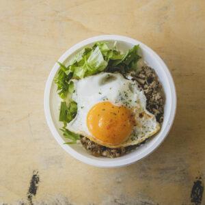 カフェスペースの利用は、店内の〈Cafe Rob〉で購入したメニューのみ。一番人気のガパオライス600円。