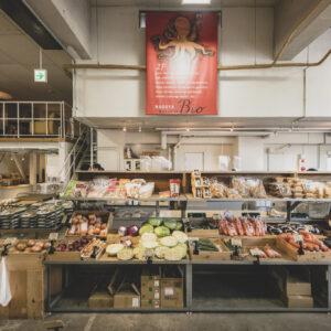 1階は、地場野菜などの青果が中心。2階は、鮮魚と精肉、調味料など。