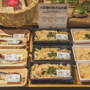 店内厨房で調理する惣菜。