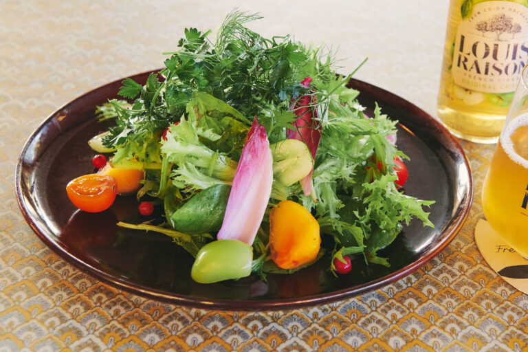 「季節野菜とニイクラハーブのガーデンサラダ」1,000円。