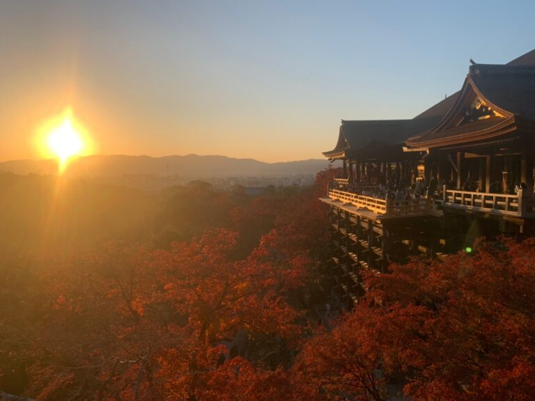 清水寺と紅葉と夕日。心が洗われました。