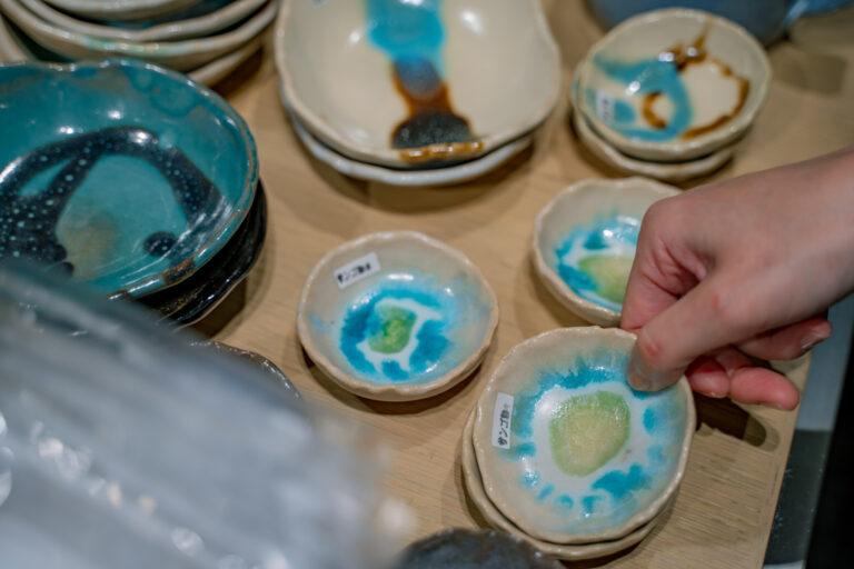 サトウキビやヤシの木など、与論島で取れた自然素材を釉薬に使った〈あ〜どぅる焼〉は、一枚一枚色の出方や模様が異なる唯一無二なお皿。豆皿一つでもパッと食卓が明るくなります。