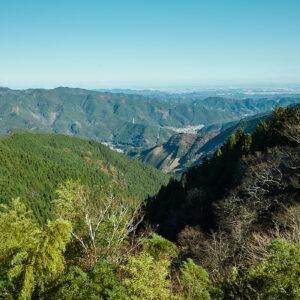 お部屋では、御岳山からの絶景が一望できます。遠くには筑波山や日光連山、〈ランドマークタワー〉も!
