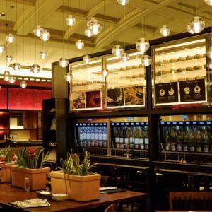 今回お邪魔したのは〈カーブ・ド・オイスター 東京駅八重洲地下街〉。カウンター席とテーブル席からなる、高級感漂う店内。