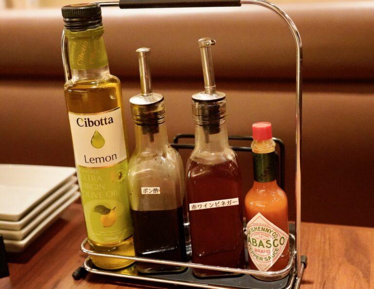 テーブルには、レモン汁、ポン酢、赤ワインビネガー、タバスコが。食べ放題メニューを注文するとカキフライ用のタルタルソースや、中濃ソースも運ばれてきました。