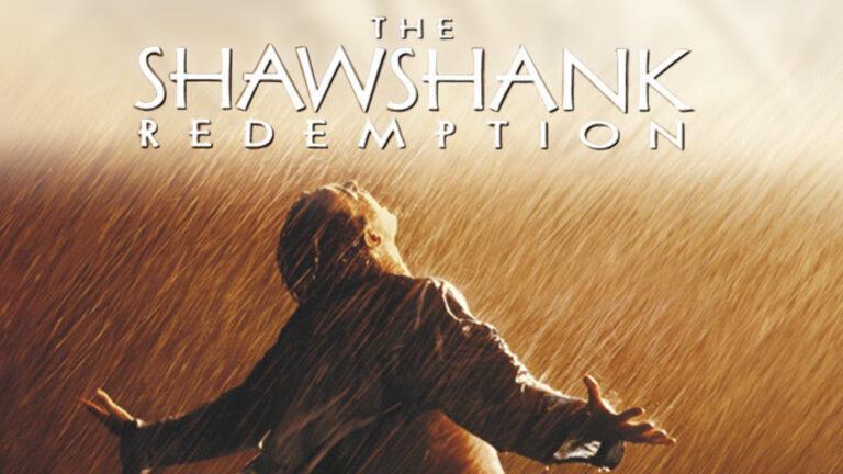 """④『ショーシャンクの空に』 1994年に公開され、現在まで名作と謳われる映画。若くして大銀行の副頭取となったアンディは、妻とその愛人を殺したという冤罪で終身刑判決を受け、劣悪環境のショーシャンク刑務所に投獄される。最初は孤高の存在だったアンディは、やがてだんだんと囚人たちと心を通わせ、明晰な頭脳を生かしつつ""""生きる希望""""を捨てずに過ごしていくが…。 ©Warner Bros. Entertainment Inc."""