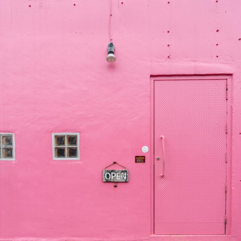 #insula #ピンクの建物が目印