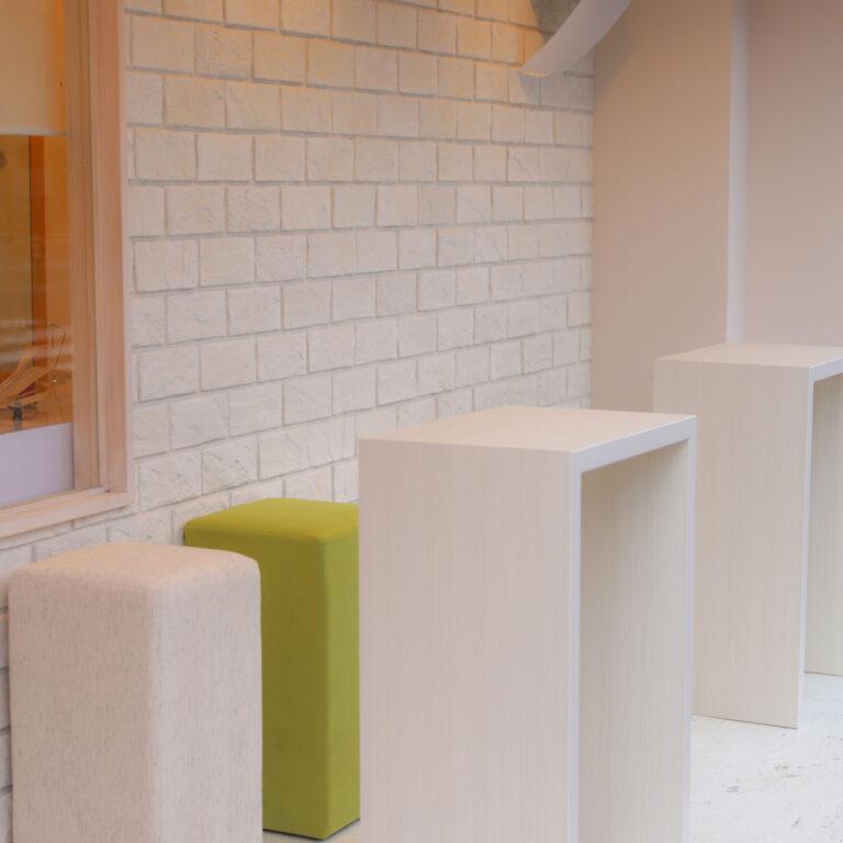 外に併設されたこちらの席ではカフェ利用も。