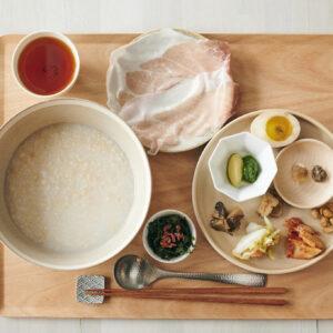 生ハム、海苔、なれずしなどがお供。朝粥1,500円。「とろける極薄生ハムは優しい塩味で絶品」