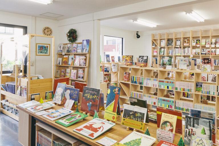 季節によって変わる棚の本。取材時はクリスマスの本が並んでいました。