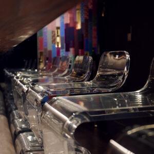 透明な液体のパーリンカを表現した透明なイス。