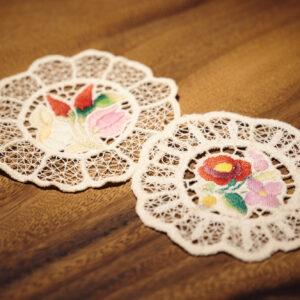 ハンガリーの伝統的なカロチャ刺繍のコースター。