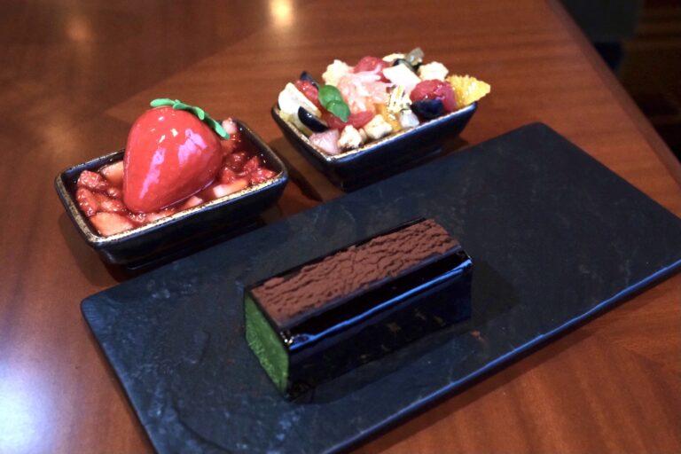 「フレーズ シュール フレーズ」(写真左奥)、「柑橘類のコンフィ」(写真右奥)、「抹茶のテリーヌ」(写真手前、写真は2名分)。