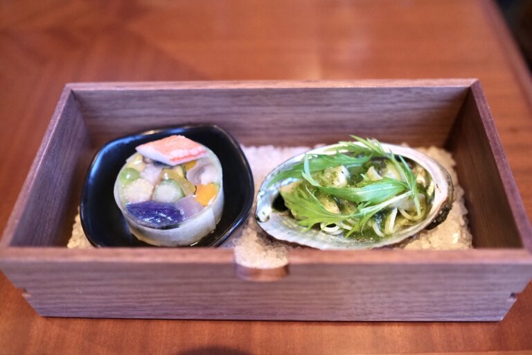 「蟹と野菜のプレッセ」(左)、「蝦夷鮑の冷製」(右)。