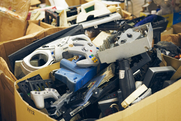 アグボグブロシーから届いた電子廃棄物。ゲーム機やテレビのリモコンなど、日本の製品も多く見られる。