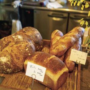 カンパーニュ1,600円、食パン850円、そのほか不定期商品が出ることもある。