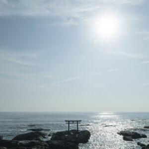 """日本屈指の絶景スポットとしても知られる茨城県・大洗磯前神社の""""神磯の鳥居""""。季節や時間によって違う表情を見せる。"""