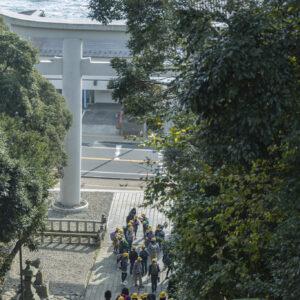 1937年に建てられた二の鳥居の向こうに遥かなる太平洋を望む。石段を上ると、正面に堂々たる佇まいの御社殿が。