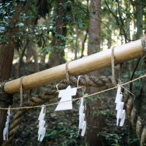 登拝口でのお祓いはコロナ禍の現在、御幣の代わりに人形を使って行う。