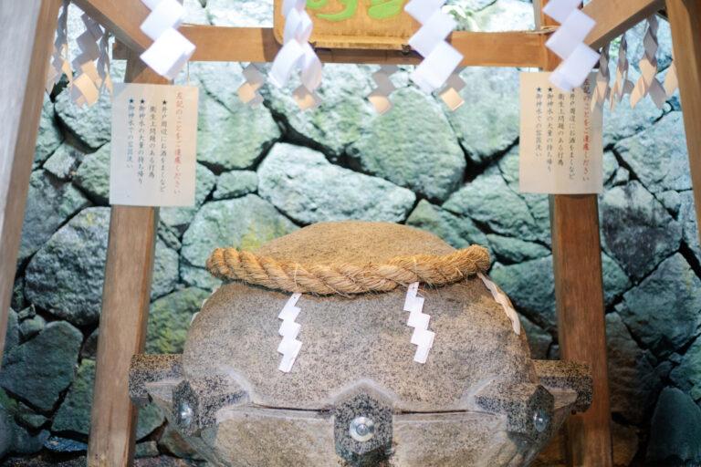 狭井神社の境内に位置する薬井戸。御神水は汲んで持ち帰ることも可能だ。その場で飲むための使い捨ての紙コップが用意されており、神社にも新しい生活様式が導入されている。