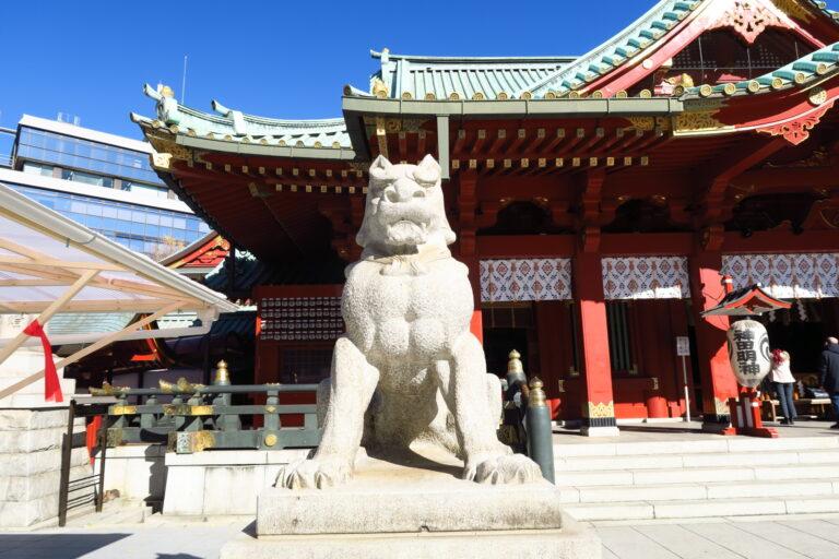 神田明神の狛犬は、珍しく本殿を背にしています。