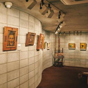 1階の展示室。湾曲した壁や、立てかけられたパレットが可愛い。