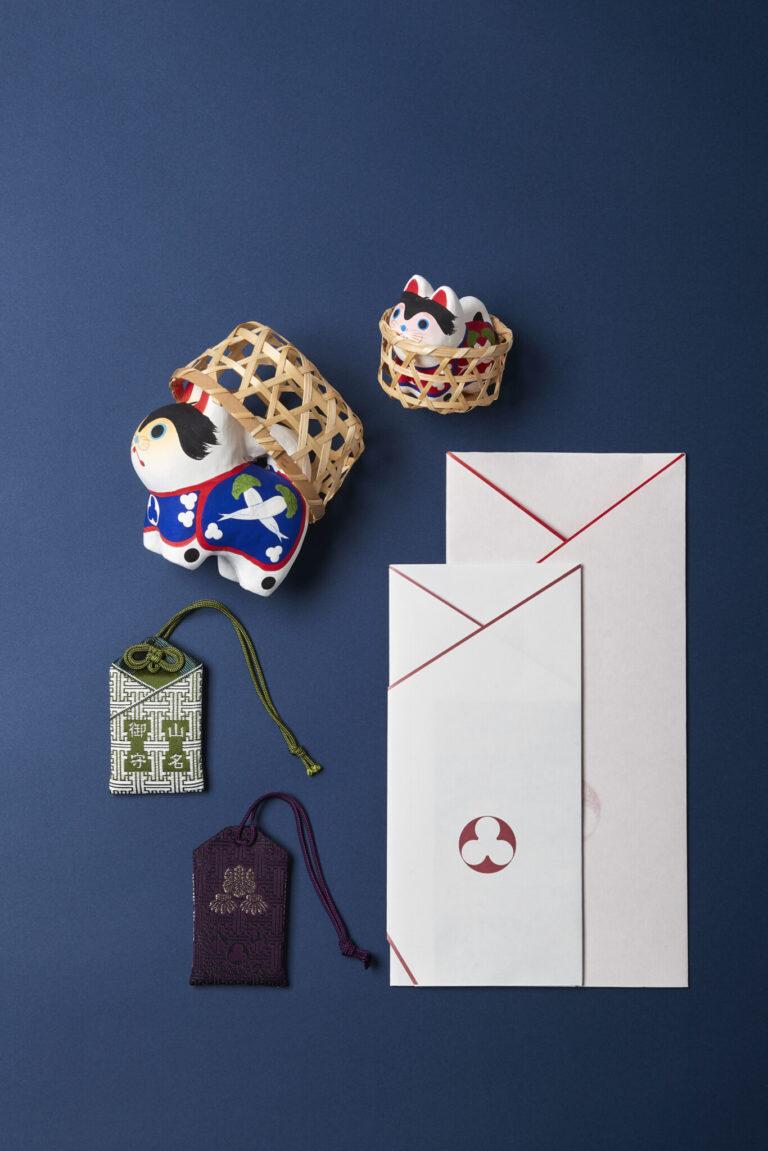上から時計回りに、山名犬張子(大1,500円、小800円)、由緒書と授与品袋、山名御守各800円。