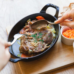 名物プルドポーク。これは北米の家庭料理で、塊肉を弱火で長時間スモークしたり、オーブンで焼いたりして、柔らかくなるまで調理したもの。「プル」は塊肉を引っ張って裂く調理法に由来。