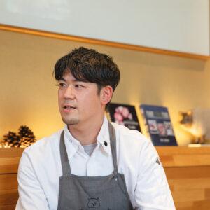 篠嵜司シェフは横浜のイタリア料理店に就職後、代々木八幡の〈LIFE〉の姉妹店〈LIFE son〉のオープンと同時にシェフに。2016年から〈代官山HyLife Pork TABLE〉シェフに就任。