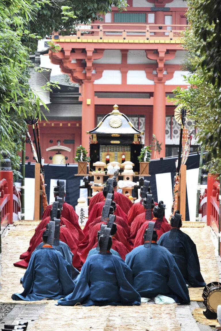 氷川神社の例祭では毎年、皇室からの勅使が参向。宮内庁楽師による歌舞が奉納され、その格式を感じる。写真はその翌日の神幸祭の様子。