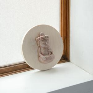 直径14cm、小皿ほどのサイズの木のボードにちょこんと鎮座する仏様は「聖観音菩薩」「地蔵菩薩」「十一面観音菩薩」「千手観音菩薩」の4種類。丸っこさに加え、穏やかな表情を浮かべ、見る者を癒す。1点4,091円~(http://shunnakamura.theshop.jp/)。