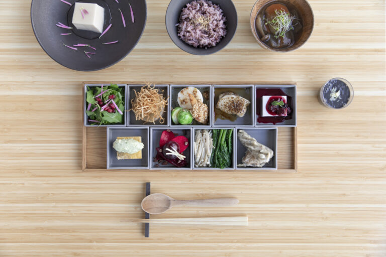 「お膳PLATTER」2,800円。季節ごとに旬の食材を取り入れた内容に。現在の冬メニューは、根菜類やきのこをふんだんに使ったラインナップ。