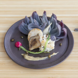 アラカルトメニュー「赤玉ねぎとあわび茸とはなびらたけのロースト」1,200円。玉ねぎのうまみが凝縮された一皿。