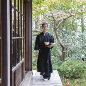 副住職を務める西澤應貴(まさき)さんがカフェの発案者。バリスタも務める。