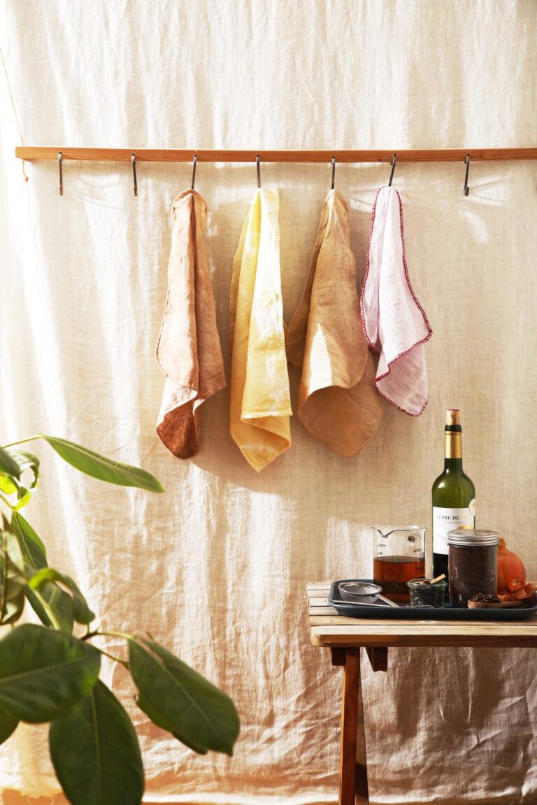 布巾を草木染めする。