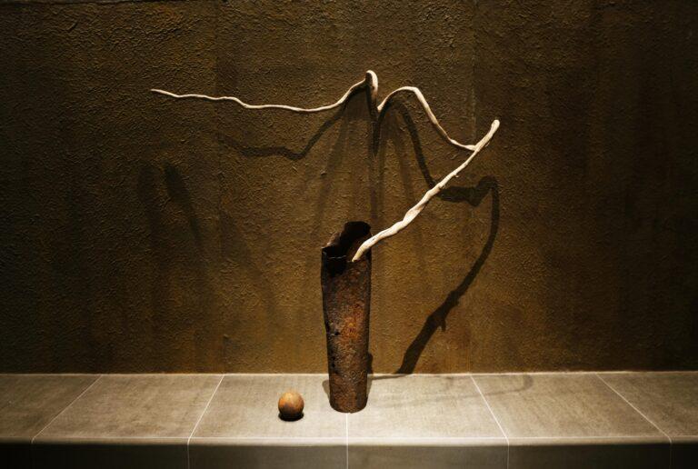 「あるがまま」をテーマに、石や木の素材がそのままデザインとして活かされている。