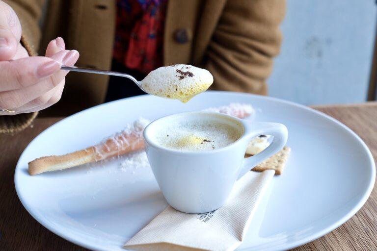 フワフワの泡からもほのかにコーヒーの香りが漂う。