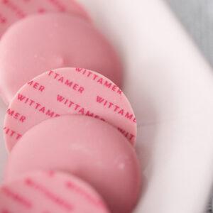 ピンクのロゴがプリントされた、可愛いビジュアルにテンションアップ!