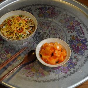 食卓には「なにか食べさせて」とねだったユン・セリに、リ・ジョンヒョクが作ったククスが。