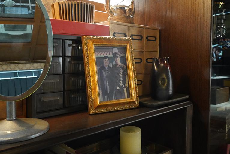 リ・ジョンヒョクと兄との写真。小道具類の多くは実際に使われたものだそう。