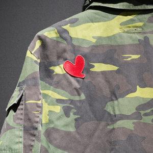 重傷を負ったリ・ジョンヒョクのそばでユン・セリがワッペン刺繍した軍服も。