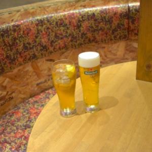 右は生ビール、左は紹興酒のジンジャー割りだという香港フィズ。 ジンジャーエールが爽やかで、紹興酒に初めて挑戦する人にもおすすめです。
