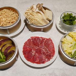 左上から時計回りに豆腐干絲、エリンギとえのきの2種類のきのこと百頁豆腐、パクチー、白菜と青梗菜、牛肩ロース、さつまいもともやしと山クラゲ。