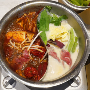 どの具材をどちらのスープに入れるか迷うのも「火鍋」の楽しみ。