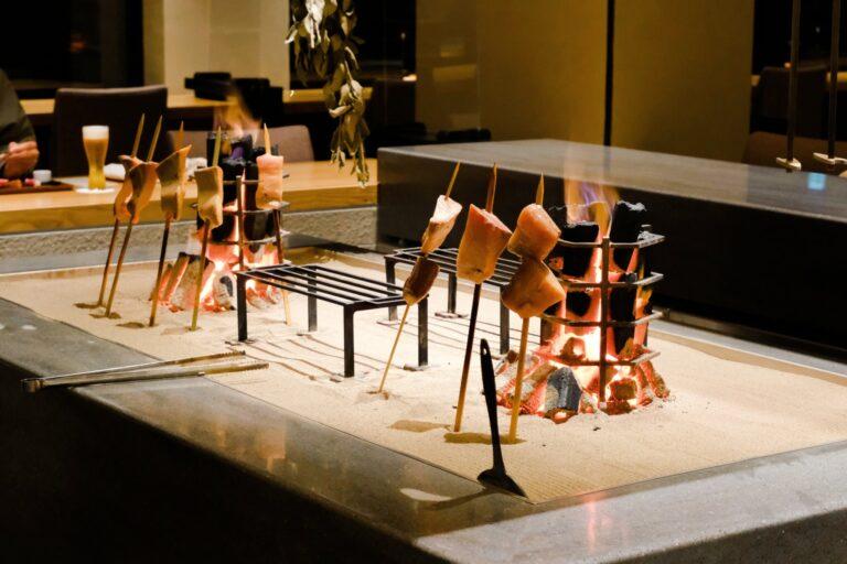 天井高が約4.5mの開放的な空間、中央には炉端焼きをライブ感覚で楽しめるオープンキッチンも。