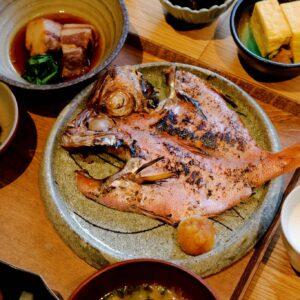 地元の旬の焼き魚。身がふっくら、程よく脂がのっていて、御飯のお供にぴったり。